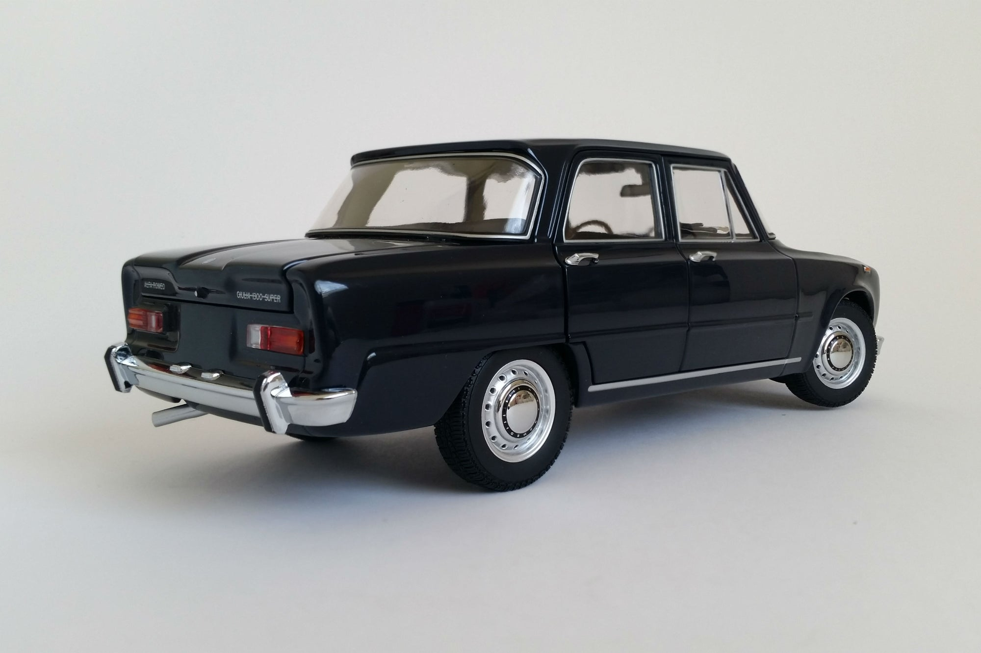 alfa romeo giulia 1300 sedan (1966) - 1:18 scale diecast model car