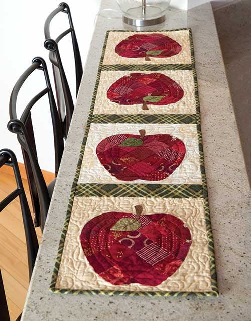 Superieur Patchwork Apple Table Runner
