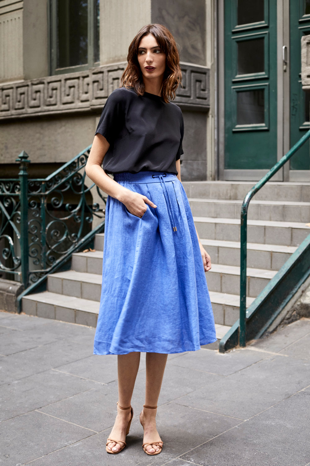 DEVOI linen, blue skirt with drawstring tie. Skirt with elasticated waist. Skirt with pockets.
