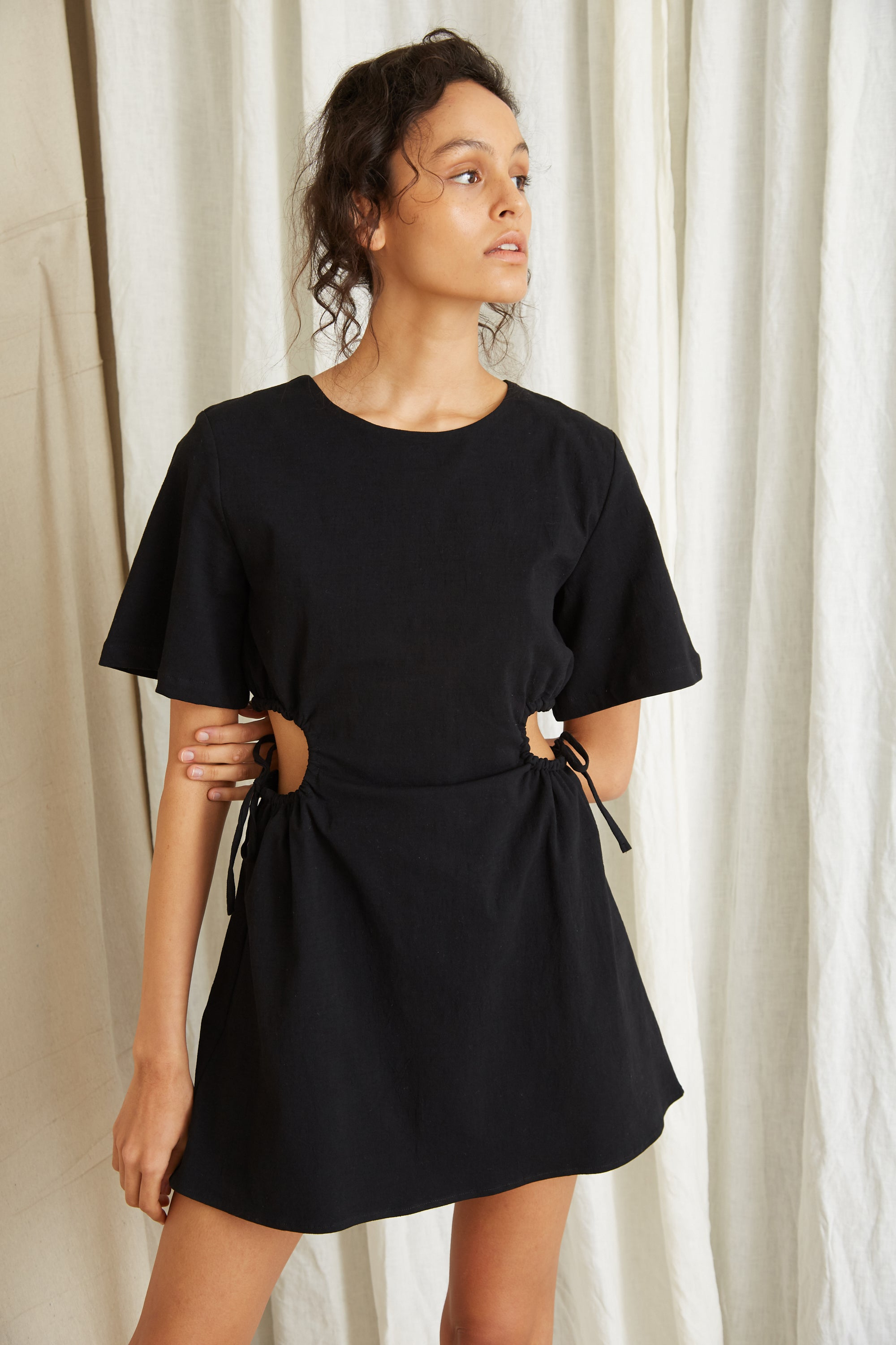 PRESSED FLOWERS DRAW SIDE TEE DRESS | BLACK