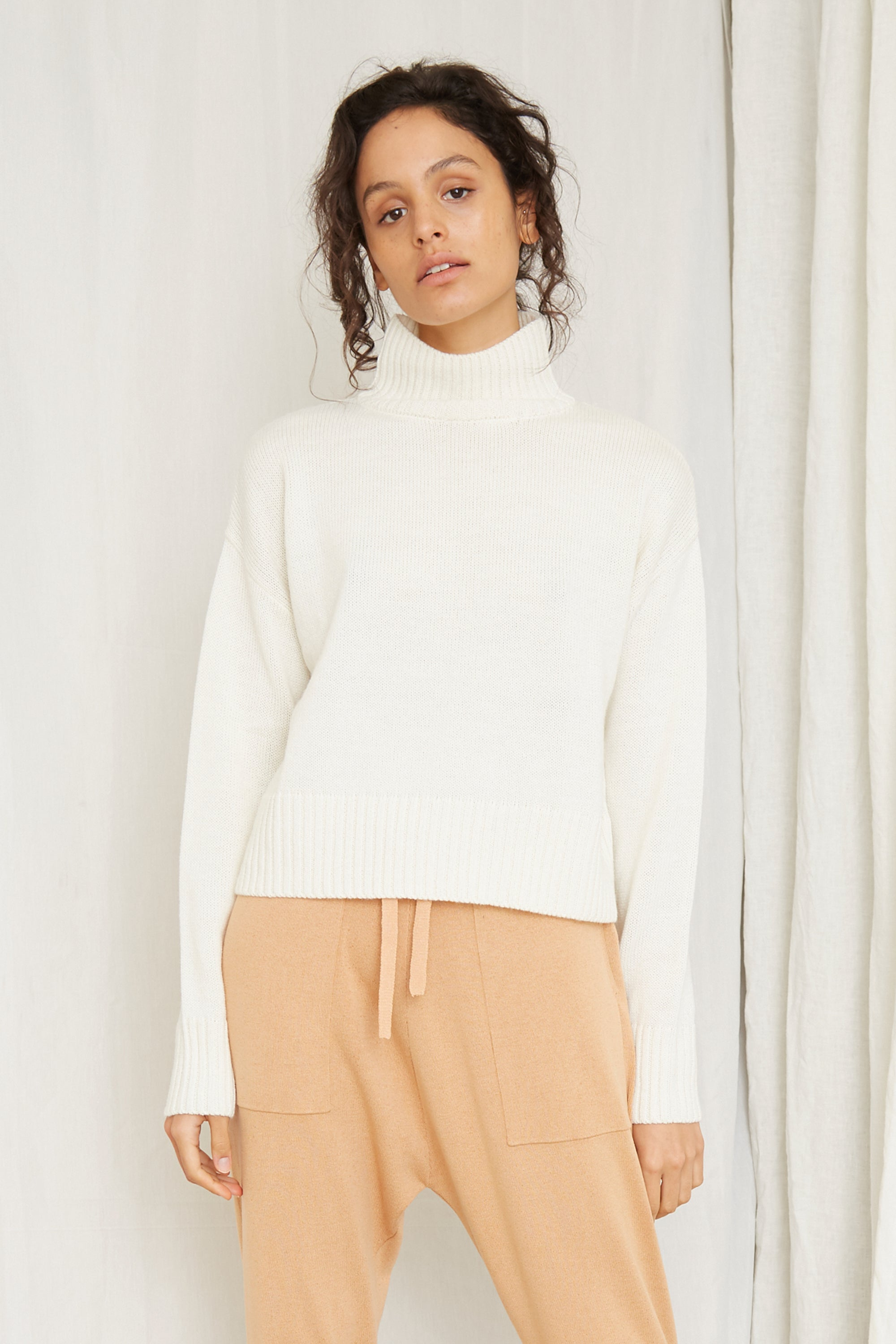 LIFT UP KNIT TURTLE NECK | OFF WHITE