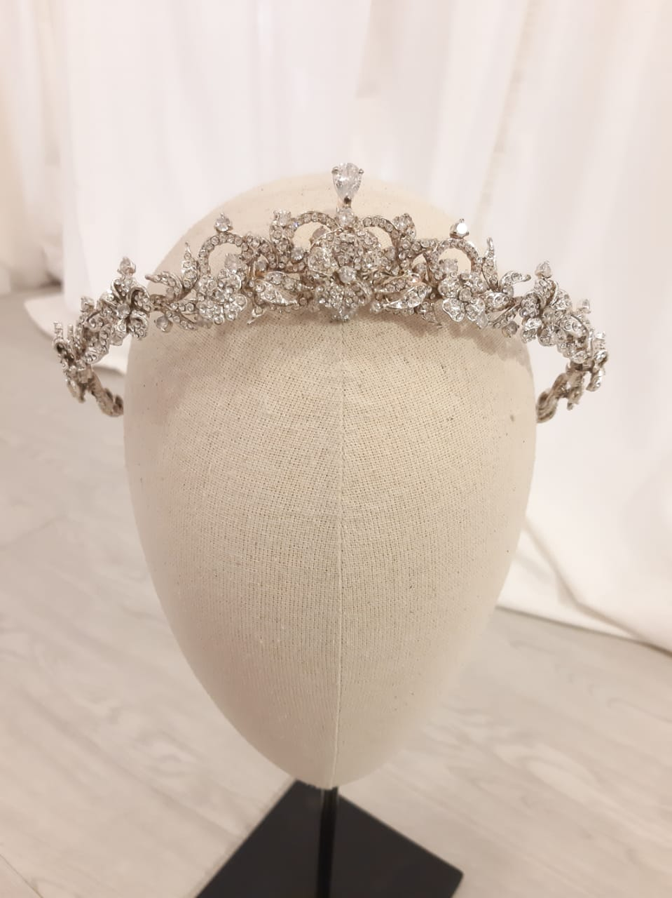 Rent: RINALDY YUNARDI Tiara Crown