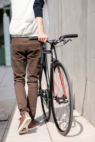 Urbanite Low Tan walking with bike Quoc