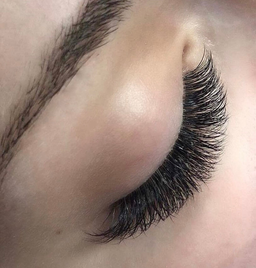 Russian Volume (2-5D Light Lashes)