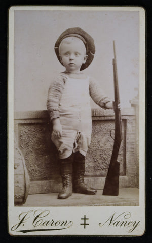 French CDV young boy holding rifle, 19thCentury / garcon avec fusil 19e