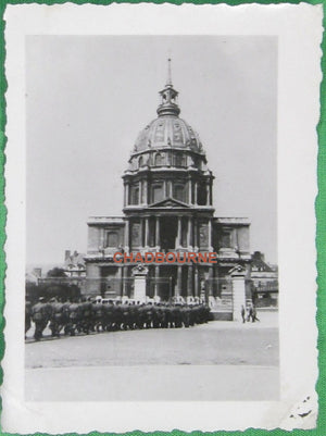 Photo ligne soldats allemands au tombeau Napoléon Invalides Paris (1940-44)