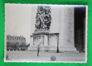 Photo soldat allemand devant Arc de Triomphe Paris (1940-44) / WW2 photo German soldier at Arc de Triomphe Paris
