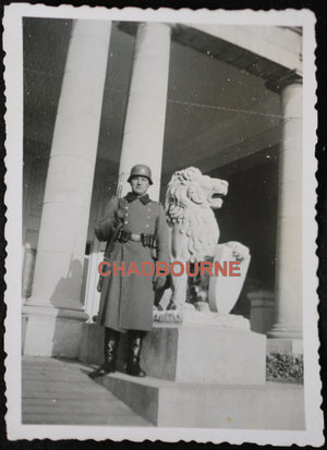 Photo soldat allemand sentinelle, avec statue de lion 1941