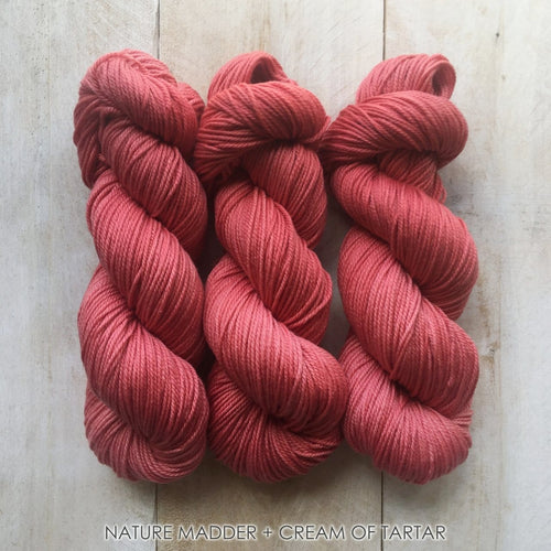 MADDER+CREAM OF TARTAR par Louise Robert Design | DK PURE semi-unie, teinture naturelle
