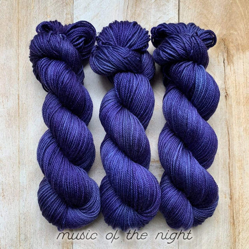 MUSIC OF THE NIGHT par Louise Robert Design | DK PURE laine semi-unie