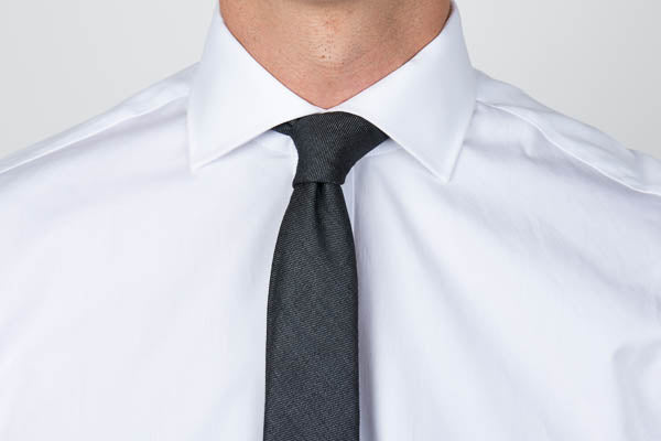 Cutaway collar with a tie