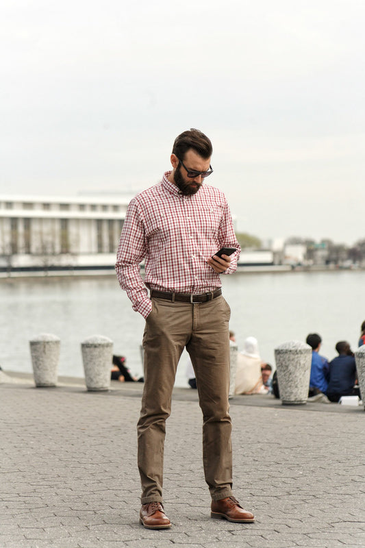 White red check brushed twill shirt - Pullman - Man using phone