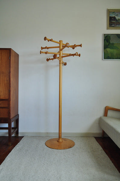 The iconic sculpturel freestanding coat and hat hanger is design by Nanna Ditzel