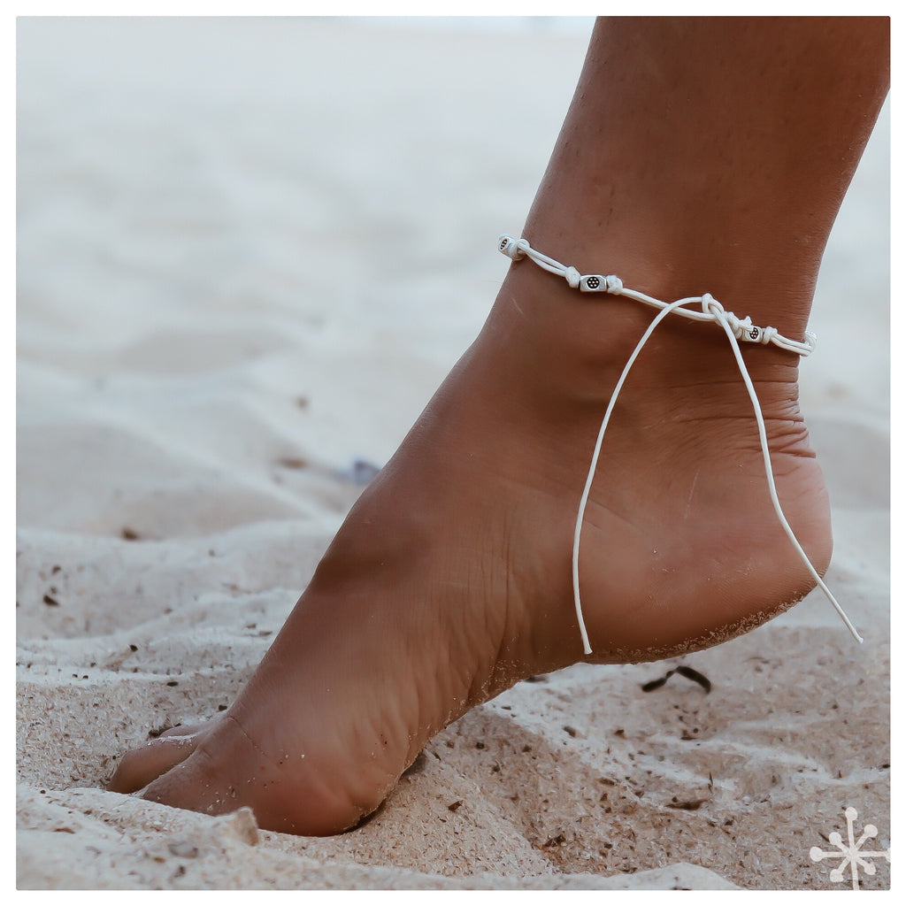 Wave Anklet / Cream / Silver / Hanging