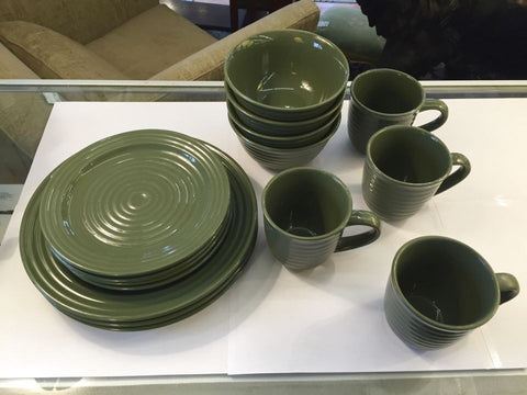 Mainstays Service of 4 Green Dinnerware Set- missing 1 dinner plate - Jarred's Homegoods / Treasure Brokers  - 1