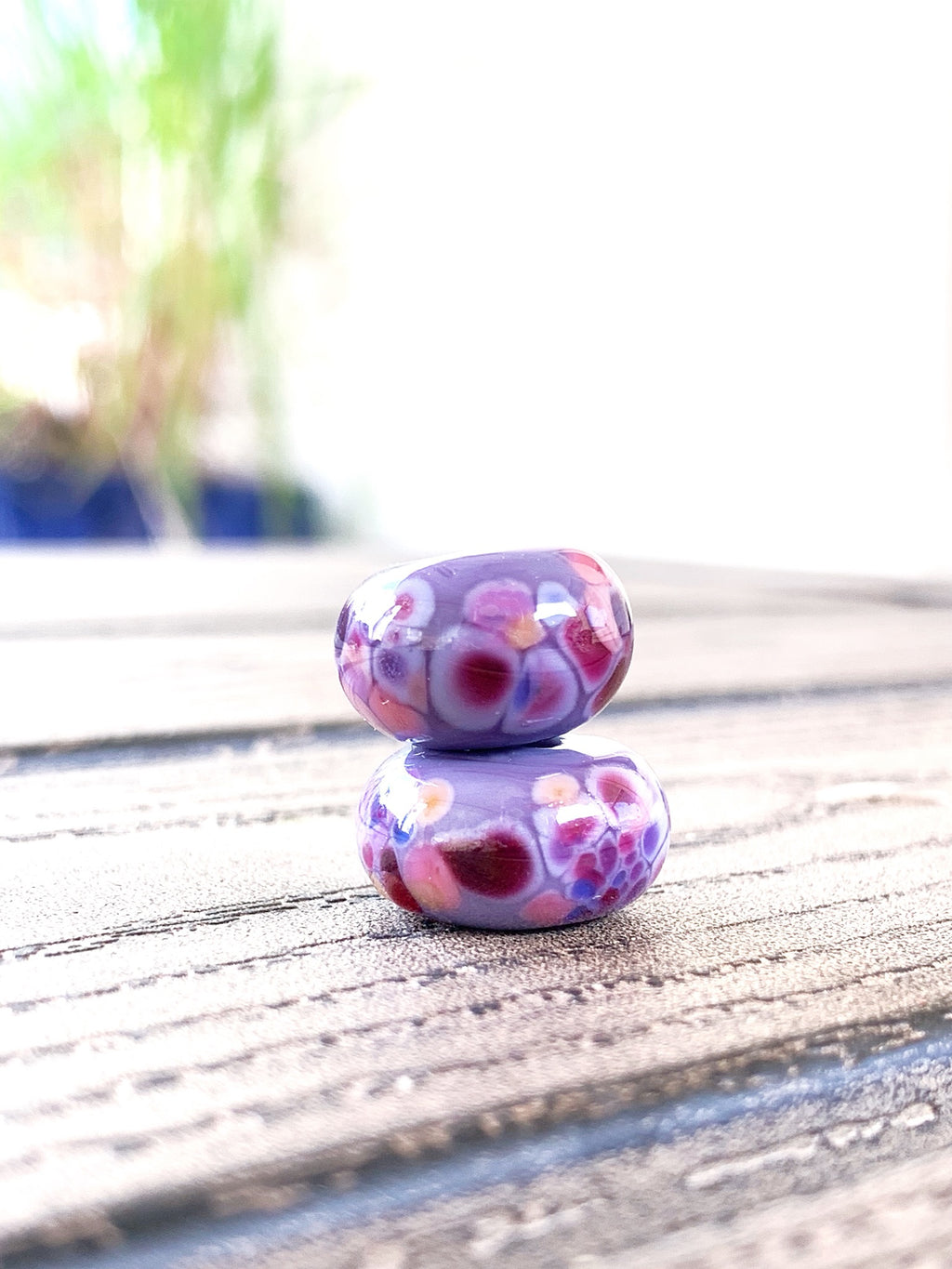 Set of 2 speckled beads in shades of violet & pinks