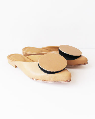 THE PALATINES - PHALERA FLAT MULE - TAN/BLACK