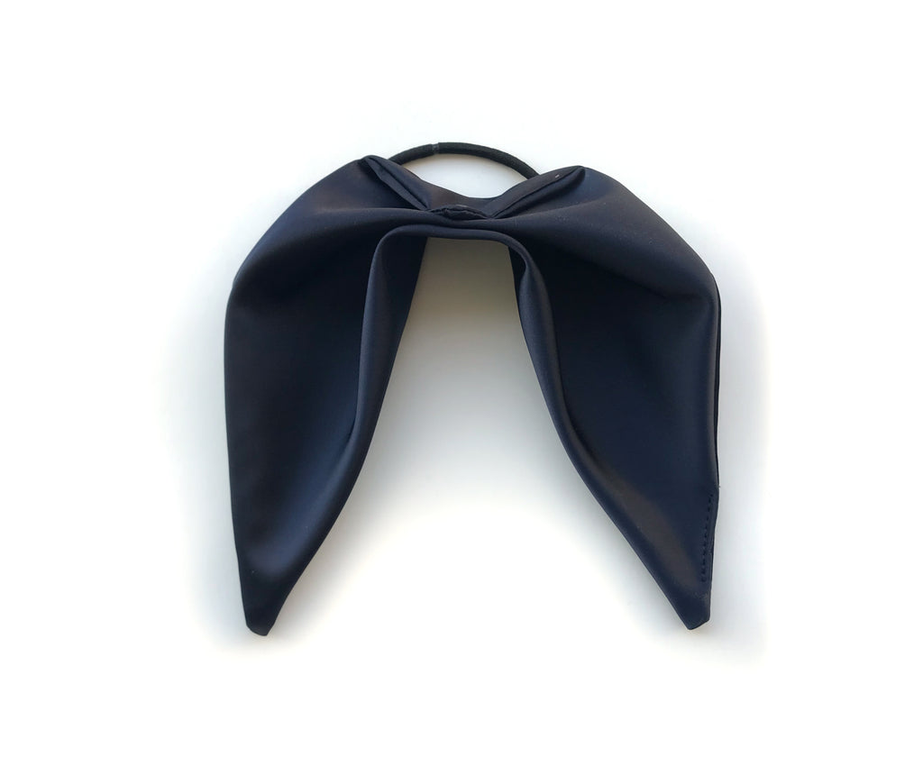 La couette triangulaire en satin certifié bleu nuitée / The Midnight Blue Triangle Hair accessory