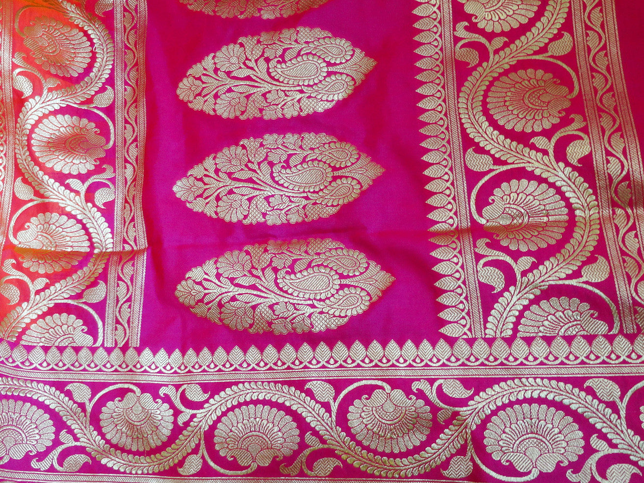 Banarasee Handwoven Georgette Silk Saree With Big Buta and Floral Border Design-Peach(Dual Tone)