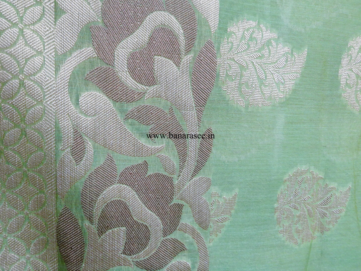Banarasee/Banarasi Handloom Cotton Silk Mix Jamdani Sari With Zari Buti-Green(Dual Tone)