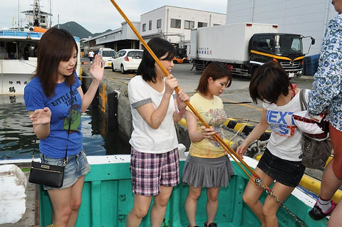 4 Girls on First Time Fishing Boat Sex Tour - 美女数名 (SD Video)