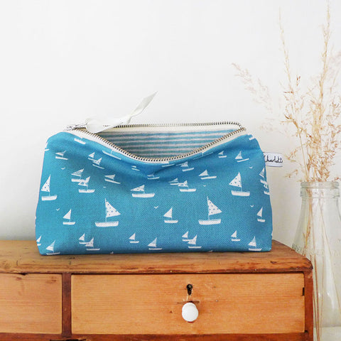 MID POUCH - Cornish blue Sailboats