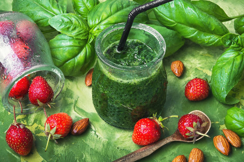 O2 Living recipe - folate rich kale and spinach smoothie with Living Juice's organic Green Vitality