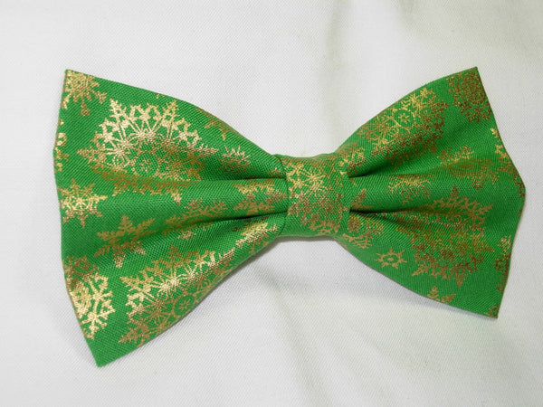 GOLDEN SNOWFLAKE PRE-TIED BOW TIE - METALLIC GOLD SNOWFLAKES ON CHRISTMAS GREEN - Bow Tie Expressions  - 2