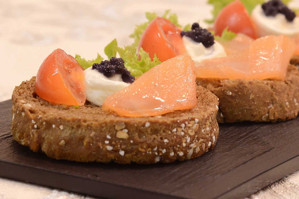 Open sandwich with salmon, cream cheese and caviar - Mannarinu - 1