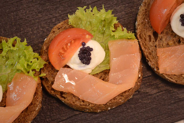 Open sandwich with salmon, cream cheese and caviar - Mannarinu - 2