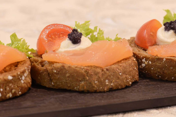 Open sandwich with salmon, cream cheese and caviar - Mannarinu - 3
