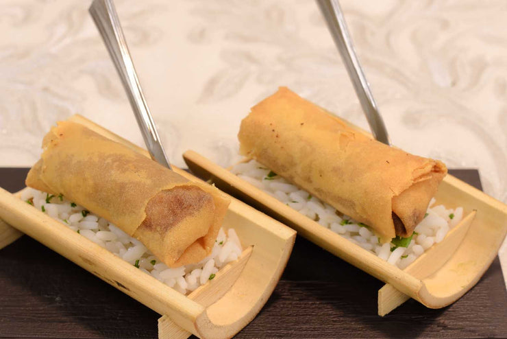 Duck spring roll served on a bed or rice - Mannarinu - 3