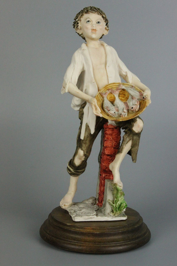 Giuseppe Armani Figurine Boy Selling Fish - LUX-FAIR.com - 1
