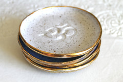 Om Ring dish in speckled white with 22k gold