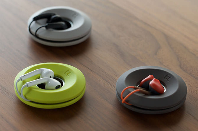 Cableyoyo's magnetic center attracts earbuds to keep them safely stowed in the center of the spool.
