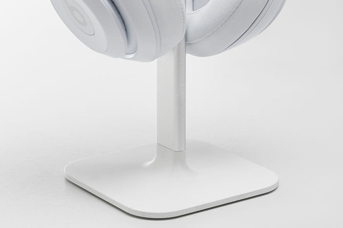 Posto's solid base keeps headphones in place on the desktop