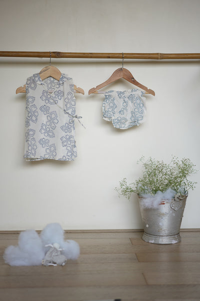'Grin like a Cheshire cat' sleeveless jhabla and bloomers set in blue dots - (0-6 months)