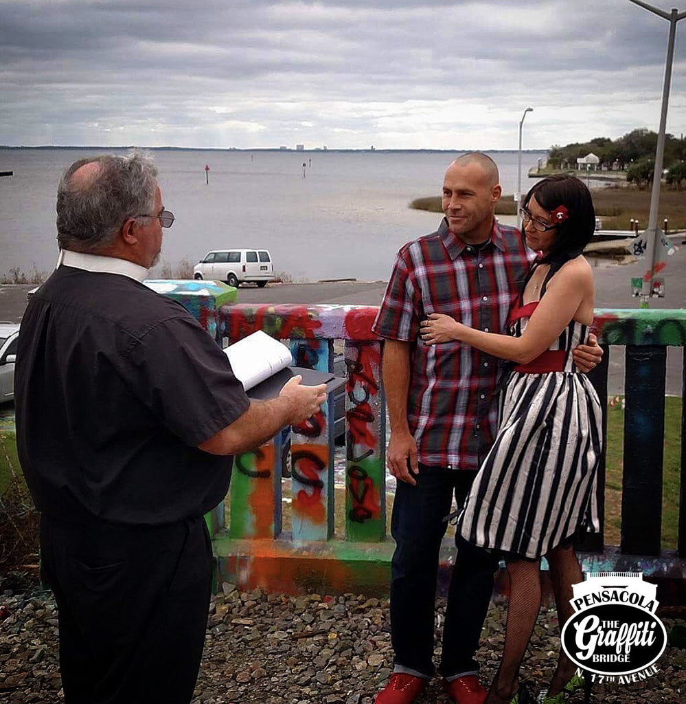 Couple get's married at The Graffiti Bridge