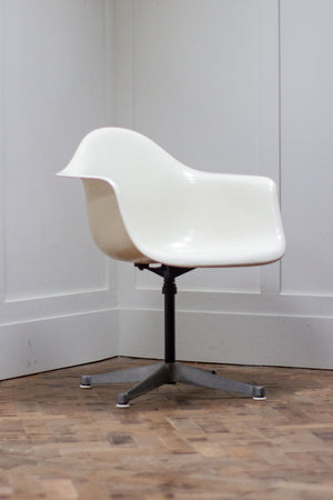 Original Charles and Ray Eames Fibreglass Shell Chair - White