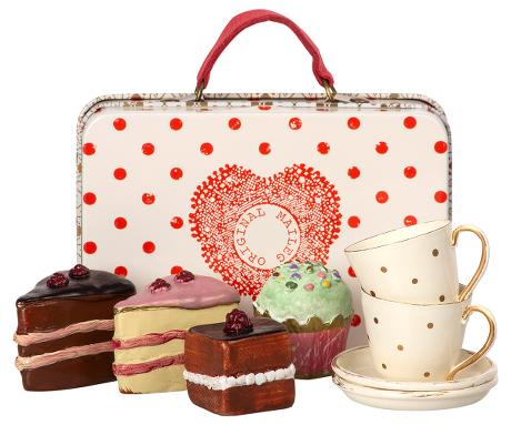 Suitcase with Cakes & Tableware for 2