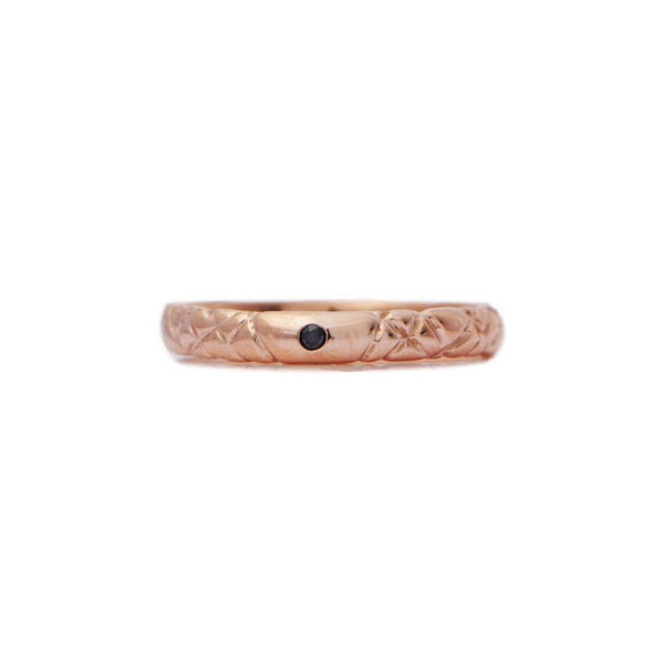Crafted in 14KT rose gold, this quilted band features a black centre diamond.