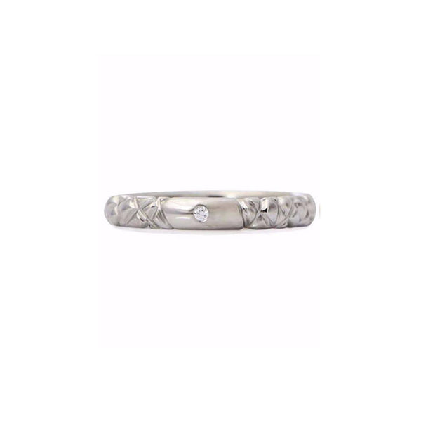 Crafted in 14KT white gold, this quilted band features a round brilliant-cut centre diamond.