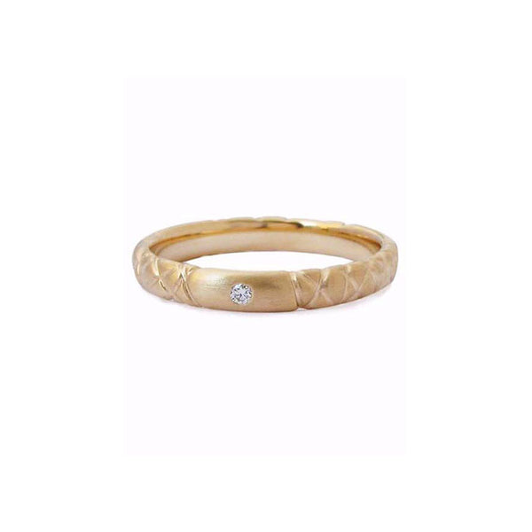Crafted in 14KT yellow gold, this quilted band features a round brilliant-cut centre diamond.