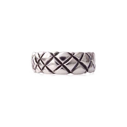 Crafted in 14KT white gold, this 7mm men's ring features a quilt-inspired pattern all around the band.
