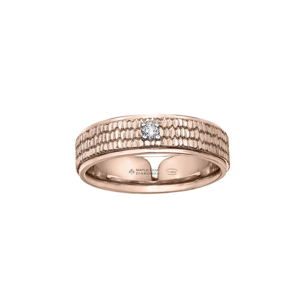 Crafted in rose 14kt Certified Canadian Gold, this men's band features a pavé pattern similar to a beaver's tail set with a round-brilliant cut Canadian centre diamond.