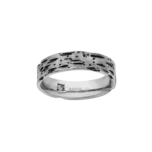 Crafted in 14KT white Certified Canadian Gold, this men's ring features a birch bark-inspired pattern set with a round brilliant-cut Canadian diamond hidden on the inside of the band.