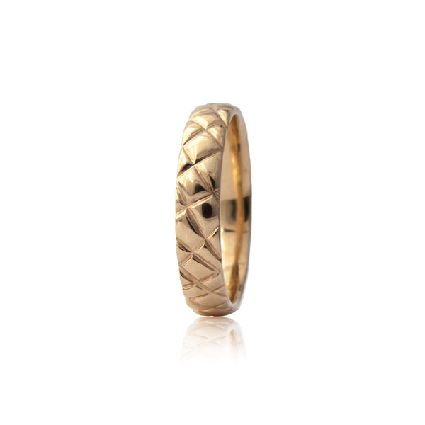 Crafted in 14KT yellow gold, this 4.5mm men's ring features a quilt-inspired pattern all around the band.