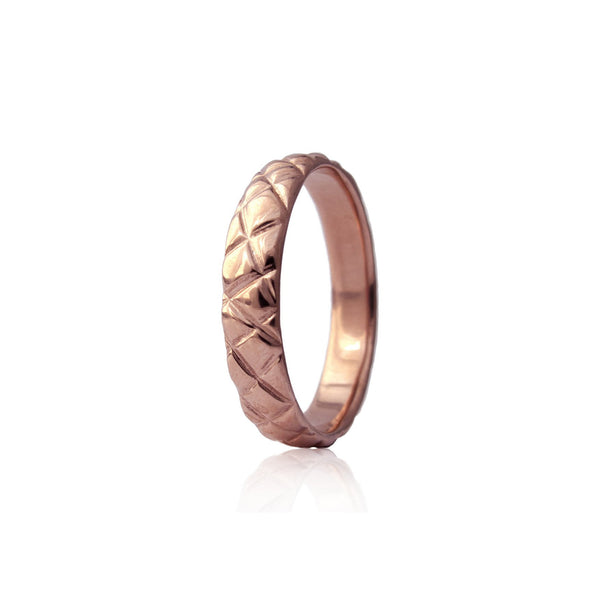 Crafted in 14KT rose gold, this 4.5mm men's ring features a quilt-inspired pattern all around the band.