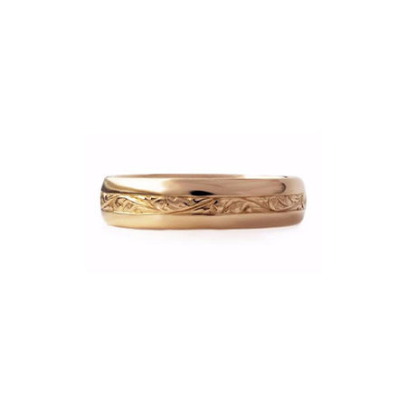 Crafted in 14KT gold, this 5.5mm men's ring features stunning strip of paisley hand-engravings all around the band.