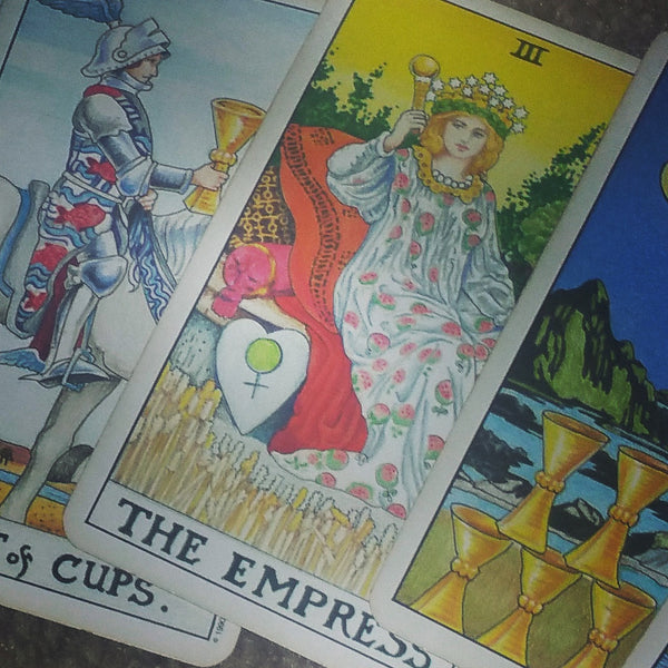 Tarot Medicina with the Queen of Swords Laying it down